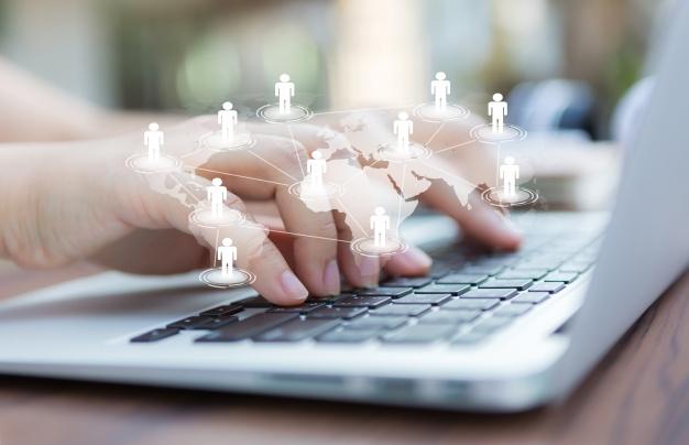 Ręce z laptopem